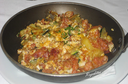 La sartén de Jaime: huevo, patata, cebolla, calabacín y zorza casera