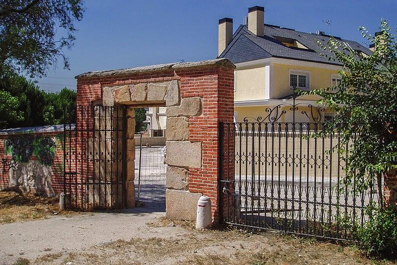 File:Puerta del Zarzón. Casa de Campo. Madrid. España.jpg