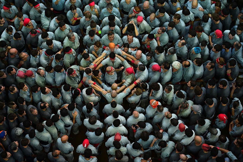 castells-human-towers-catalonia-spain-designboom-4