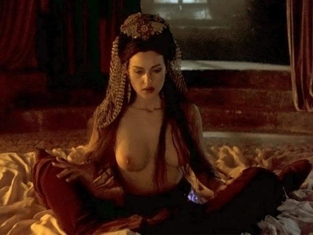 Monica Bellucci muestra sus pechos desnudos en una escena de 'Drácula de Bram Stoker'