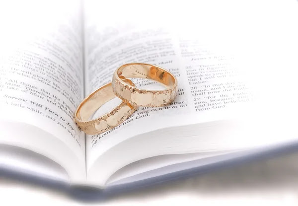 Wedding rings on bible by sophie bengtsson Stock Photo