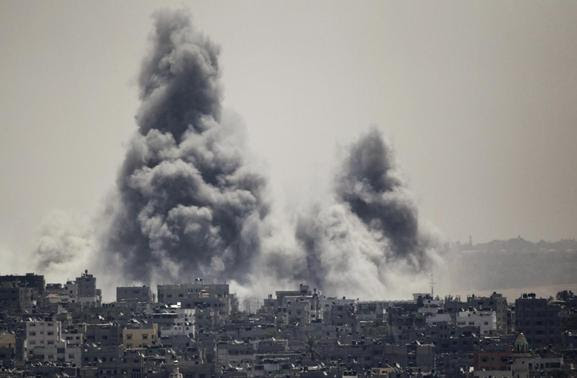 Smoke rises during an Israeli offensive in the east of Gaza City July 27, 2014. REUTERS-Ahmed Zakot
