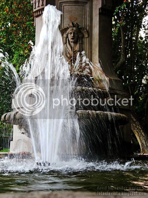 Detalle de la fuente de Apolo en el Paseo de Recoletos, Madrid, con una de las caras echando agua por la boca y un surtidor lanzandola hacia arriba