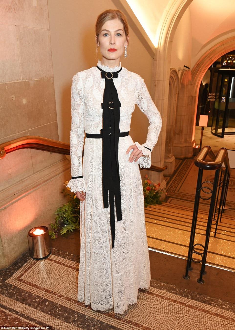 Victorian vixen: Rosamund Pike virou para o bash em um vestido inspirado vitoriana