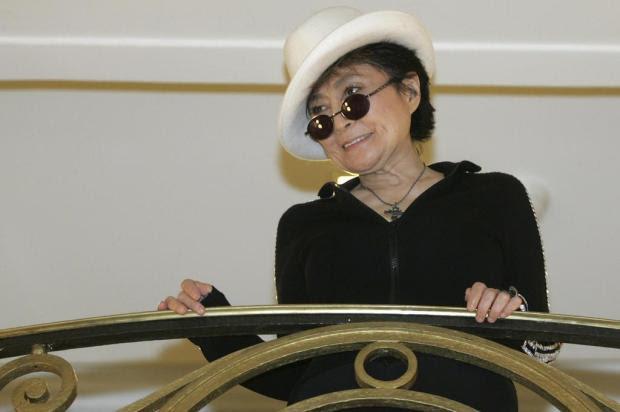Yoko Ono afirma que Lennon não foi o primeiro a querer sair dos Beatles Ver Descrição/Ver Descrição
