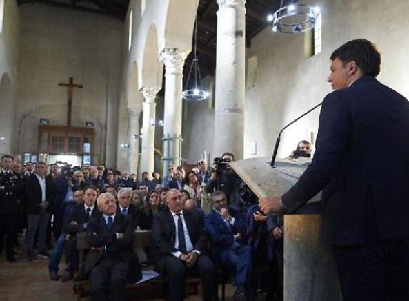 Matteo Renzi in Chiesa a Paestum, in prima fila il governatore della Campania De Luca