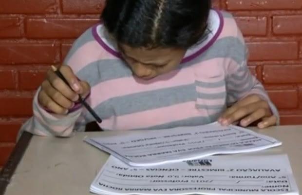 Mesmo com dificuldades, Dayane faz questão de frequentar a escola em Luziânia, Goiás (Foto: Reprodução/ TV Anhanguera)
