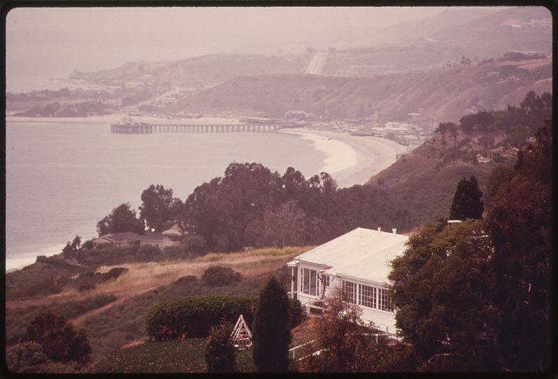 File:LOOKING DOWN FROM THE SANTA MONICA MOUNTAINS TOWARDS HIGHWAY U.S. ^1 IN THE DISTANCE NEAR MALIBU, CALIFORNIA, ON THE... - NARA - 557523.jpg