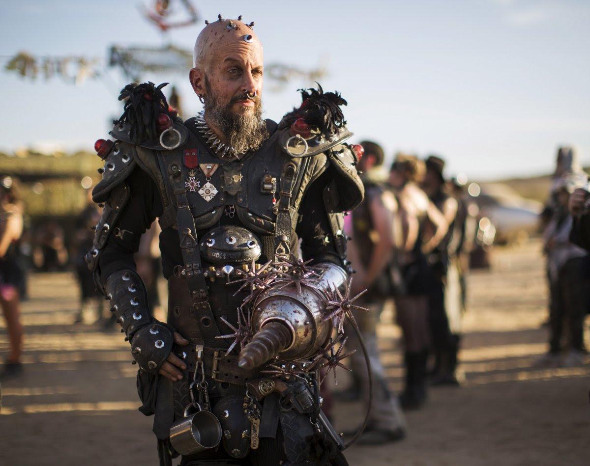 """Fãs de """"Mad Max"""" constroem seu próprio mundo pós-apocalíptico no meio do deserto 05"""