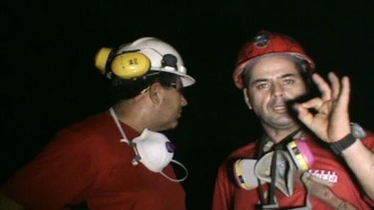 CHILE. Imagen capturada de un vídeo que muestra a los mineros atrapados trabajando para su propio rescate. (EFE)