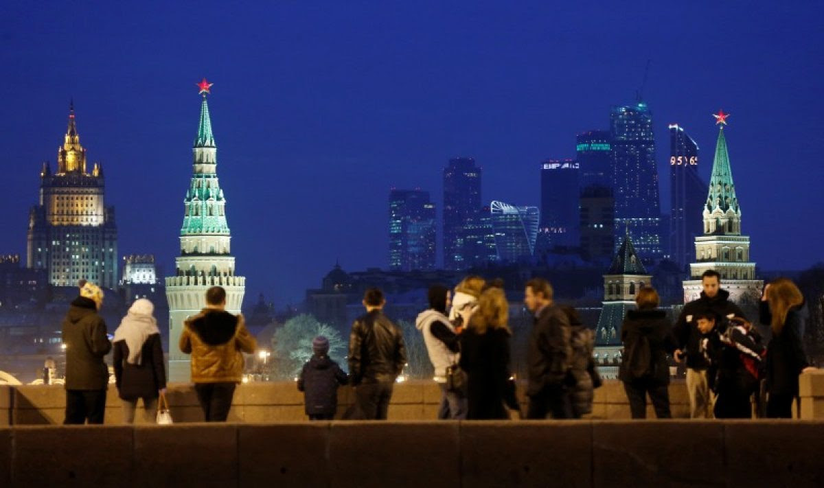 "FILE PHOTO: People stand on the Great Moskvoretsky Bridge, with the headquarters of Russian Foreign Ministry, Kremlin towers and the Moscow International Business Center also known as ""Moskva-City"", seen in the background, in central Moscow, Russia March 28, 2016. REUTERS/Maxim Shemetov/File Photo"