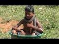 طفل هندي يعيش مع  الأفاعي