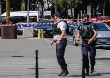 Un hombre ataca con su coche a un furgón policial en los Campos Elíseos