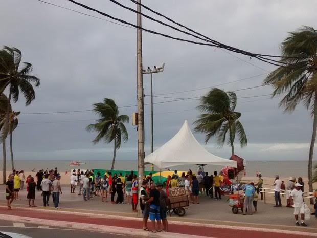 Manifestantes se reúnem no Busto de Tamandaré para protesto em João Pessoa (Foto: Juliana Brito)