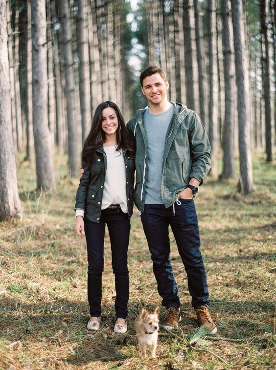 grün jjackets, dunkle Jeans und longsleeves für einen Wald-Spaziergang