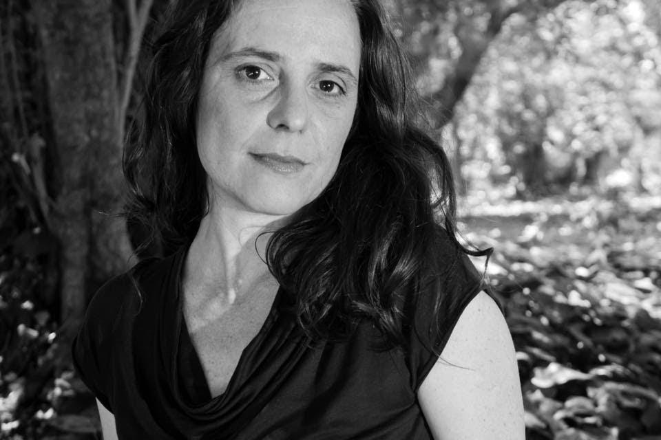 En Hay gente que no sabe lo que hace, el libro de cuentos de Alejandra Zina, son las mujeres y el vínculo entre ellas -madre e hija, hermanas, amigas- lo que da forma a un mundo en el que la libertad y el peligro son parte de la misma trama.