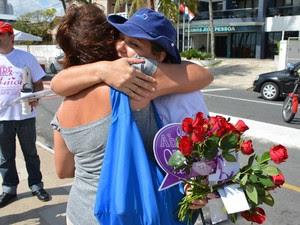 Rosas foram distribuidas junto com os abraços na Praia de Tambaú (Foto: Walter Paparazzo/G1)