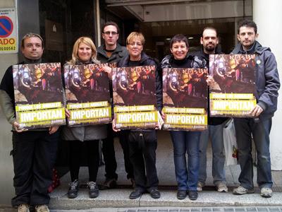 Miembros de PACMA tras presentar el recurso.