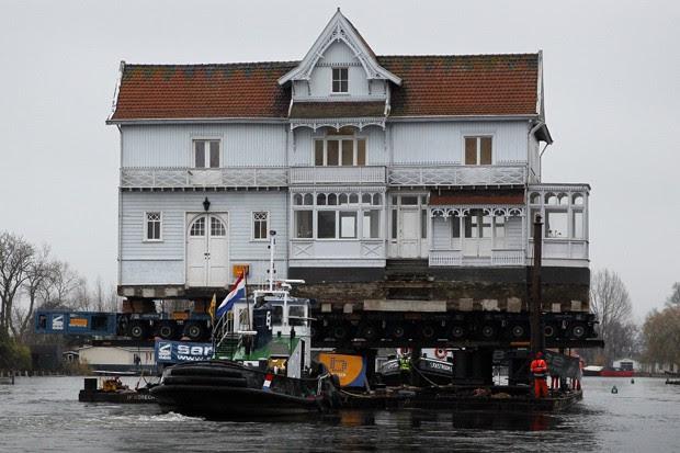 Casa conhecida como Vechthoeve é transportada pelo rio Vecht (Foto: Bas Czerwinski/ANP/AFP)