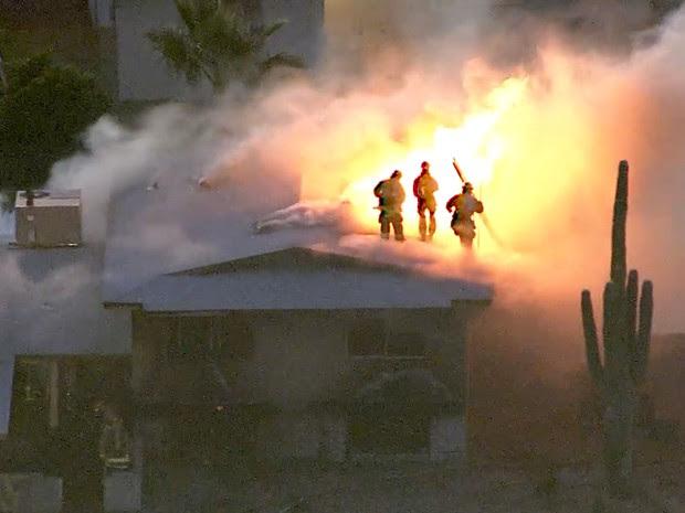 Polícia e bombeiros atenderam ocorrência de incêndio, quando ocorreu tiroteio (Foto: KNXV ABC-15.com/AP)