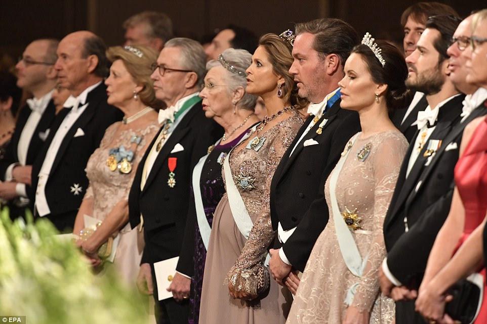 A realeza sueca se junta à frente da cerimônia da noite em Stokcholm.  Os prêmios Nobel de medicina, física, química, literatura e economia são premiados na Suécia, enquanto o da paz é concedido na Noruega
