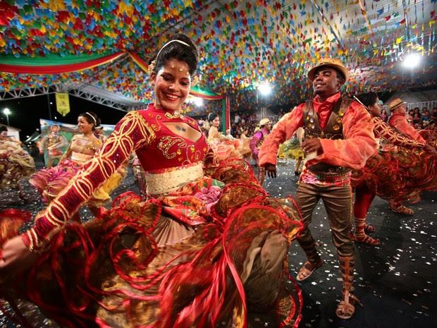 Quadrilha Chapéu de Couro contou a história de amor entre um fotógrafo e uma rendeira (Foto: Jonathan Lins/G1)