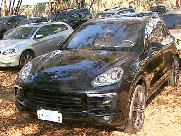 PF e Gaeco apreenderam 12 carros de luxo e R$ 320 mil em Ribeirão Preto (Foto: Reprodução/EPTV)