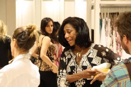 Glória Maria escolhe modelitos no lançamento de loja no Rio