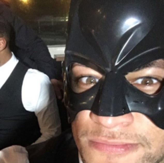 Neymar adornado com uma máscara de Batman para o casamento do seu amigo, mas não há disfarçando a estrela brasileira
