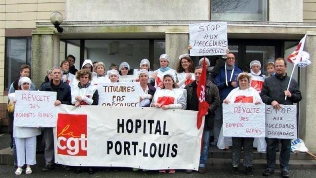 photo les personnels cgt de l'hôpital devant l'entrée du bâtiment administratif de l'hôpital de port-louis- riantec. © ouest-france