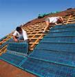Image installation panneau photovoltaique sur toit maison