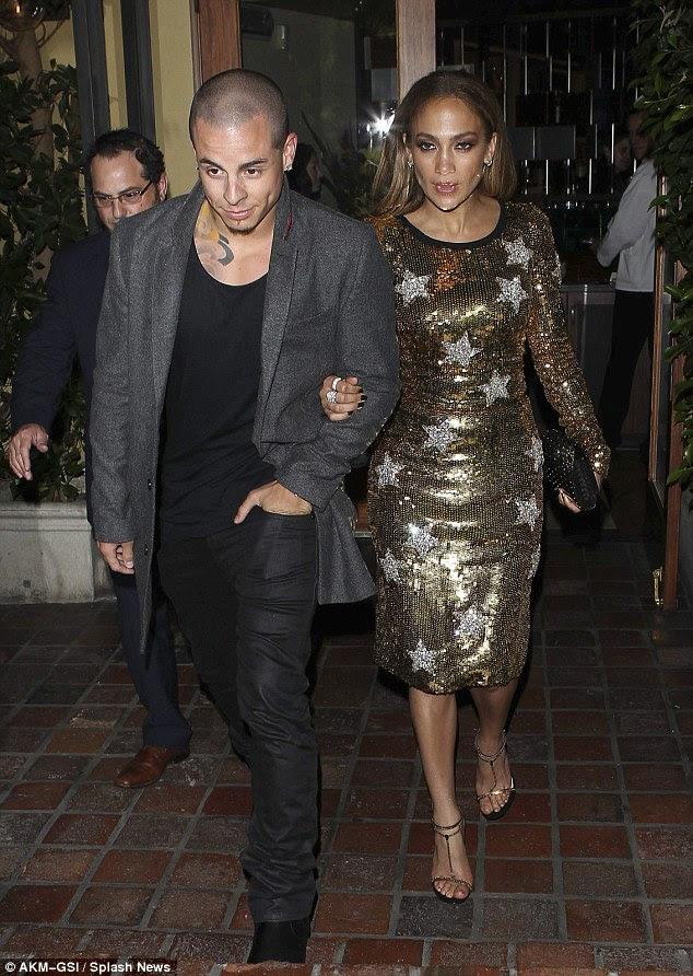 Jennifer Lopez sai para jantar com o namorado Casper inteligente usando um vestido anti-paparazzo ouro.