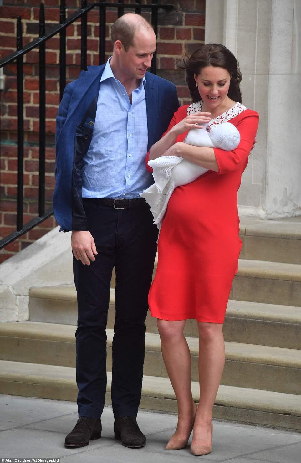 Hacia el final de la primera salida del bebé real, la duquesa de Cambridge murmuró al príncipe William que estaba preocupada de que el bebé se enfriara antes de regresar al interior