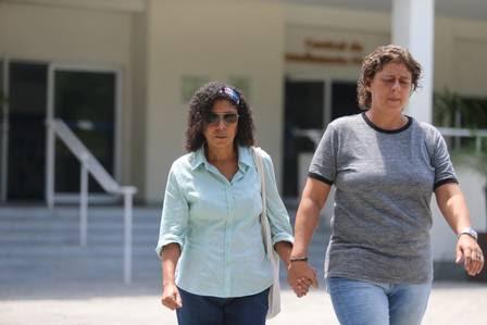 Denise e a advogada Eloísa Samy (de blusa cinza)