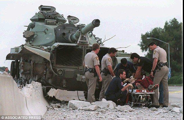 Shawn Nelson roba un tanque