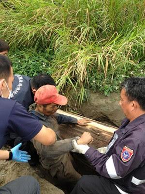 Homem é retirado de cova por bombeiros após 4 dias 'sepultado' em Taiwan (Foto: Departamento de Bombeiros do Condado de Nantou)