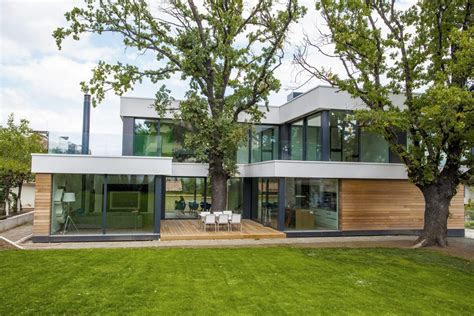 home incorporates thermal balance   oak trees  design