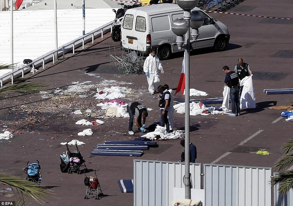 Horripilante: Polícia e forense equipes inspecionar corpos na luz do sol francês, onde pelo menos dez mortos e 50 feridos - muitos deles em buggies abandonado hoje