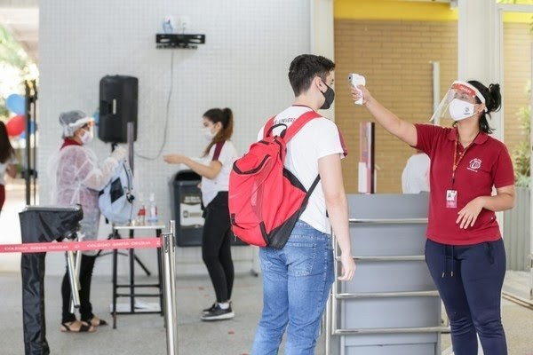 Mães adiam matrícula, e busca por escolas privadas cai no Ceará em meio à pandemia de Covid-19