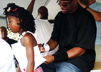 R. Kelly signing a girl's shirt