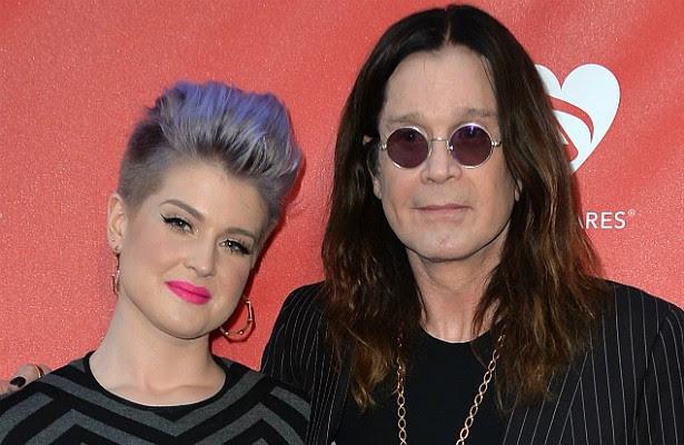 """Hoje Kelly Osbourne está confortável na condição de apresentadora. Mas a filha do """"príncipe das trevas"""" Ozzy Osbourne atacou de cantora na década passada com relativo sucesso — sua versão roqueira para o clássico de Madonna 'Papa Don't Preach' tocou bastante nos idos de 2002 e 2003. (Foto: Getty Images)"""