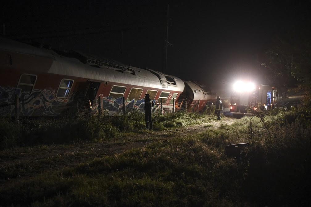 Equipes de resgate trabalham entre os destroços do trem que descarillou na Grécia neste sábado (13) (Foto: Giannis Papanikos/AP)