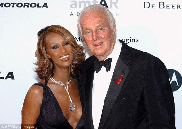 Hubert de Givenchy e o modelo iman de origem somaliana são retratados na festa beneficiada amFar (Fundação Americana para Pesquisa de Aids) em Mougins, perto de Cannes em maio de 2002