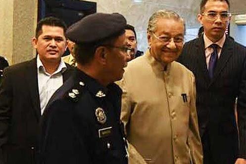 Keluar Dewan sandiwara pembangkang - Tun M