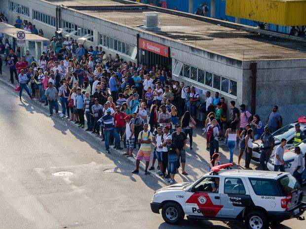Movimentação em frente à estação Guaianases, da CPTM, na zona leste de São Paulo. O local foi fechado após suspeita de bomba (Foto: Gero/Estadão Conteúdo)