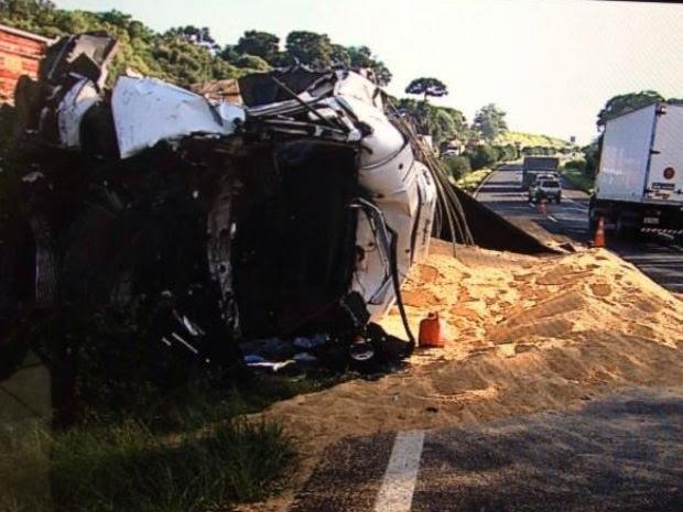 Caminhão carregado com farelo de soja não conseguiu frear e atingiu cinco veículos (Foto: Reprodução/RPC)
