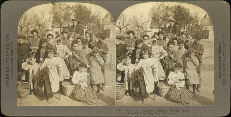 Fotografía estereoscópica de Toledo a inicios del siglo XX. Gentes de Toledo junto a la Puerta del Cambrón. The Omaha Public Library
