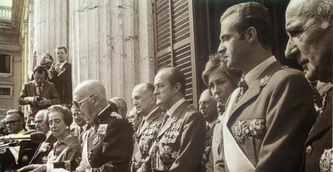Francisco Franco y el entonces príncipe Juan Carlos, en el balcón del Palacio Real, en el acto de apoyo al régimen el 1 octubre 1975.