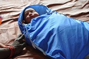 Un bebé en la incubadora 'Embrace'. (Foto: Embrace Global)