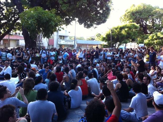 Multidão se reúne no chão da Praça Gentilândia (Foto: Gabriela Alves/G1)